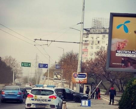Кола се вряза в електрически стълб във Варна