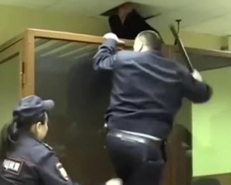 Руснак, обвинен в убийство, опита да избяга през тавана