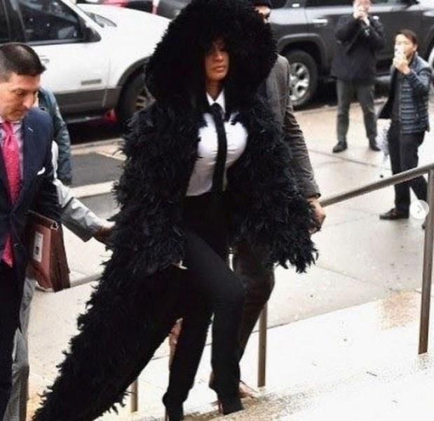 Карди Би се яви в съда с наметало от черни пера