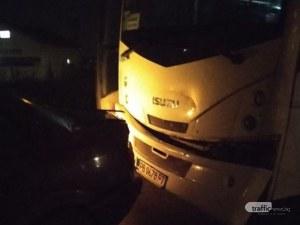 Автобус помля БМВ без спирачен път - отмести го на няколко метра