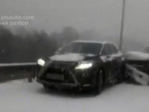 Магистрала като ледена пързалка! 48 коли се нанизаха в Русия