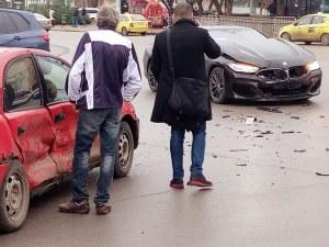 След челен удар между два леки автомобила, жена е откарана в болница
