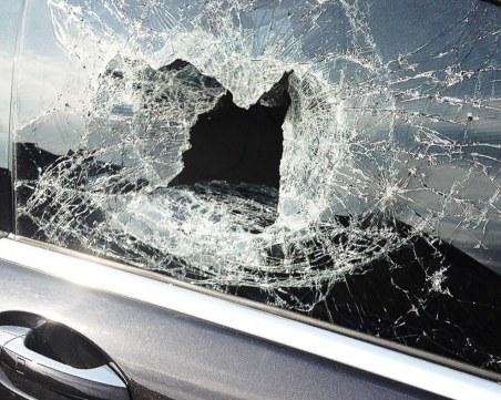 30-годишен строши стъкло на кола с пистолет