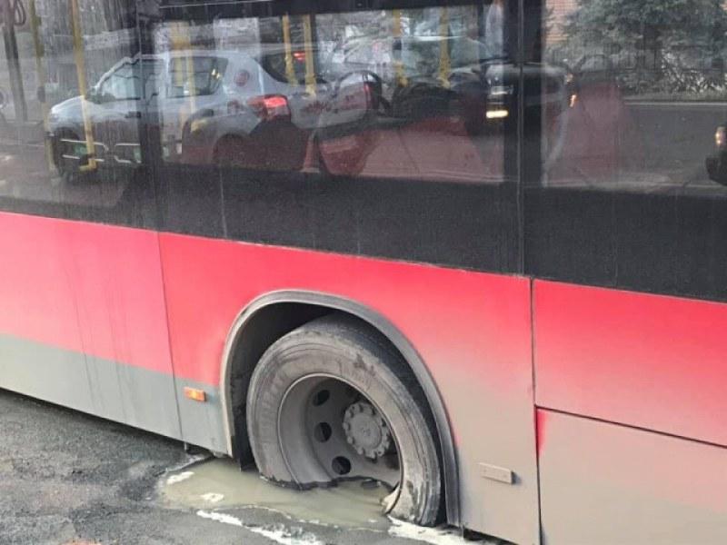 Нелепо! Автобус от градския транспорт се заклещи, след като пропадна в дупка