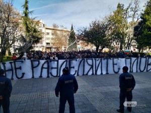 Десетки фенове на Локо отново окупираха Общината! Искат равнопоставеност