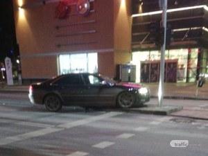 Неадекватен младеж се блъсна в центъра на Пловдив, остави колата и побягна