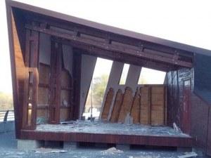 Простотия! Отново изкъртиха сцената край река Марица, изградена с пари от Европа