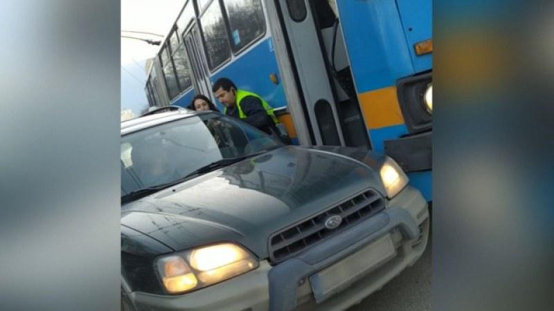 Бой в София! Шофьор на тролей се нахвърли върху друг водач