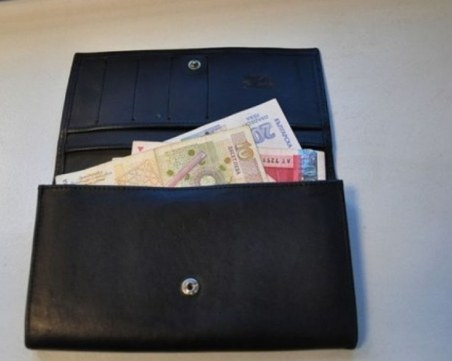 Герой! Ученичка от Вършец намери портмоне на възрастна жена и го върна