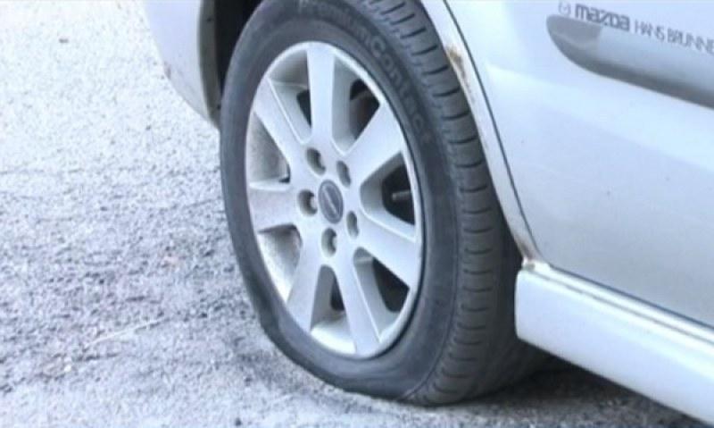 Вандали нарязаха гумите на 10 автомобила в Шумен