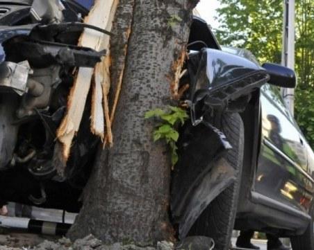 25-годишен загина при тежка катастофа, блъснал се в дърво