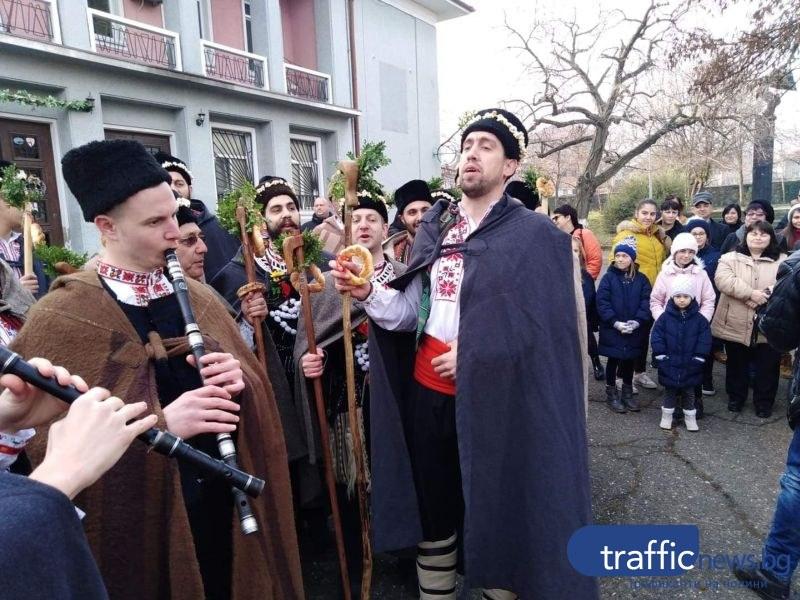 Коледарите тръгнаха от Първенец