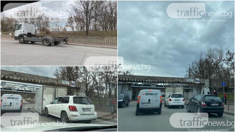 Камион се заби в ЖП моста на Гребната, адвокат се наниза с мерцедеса си в него