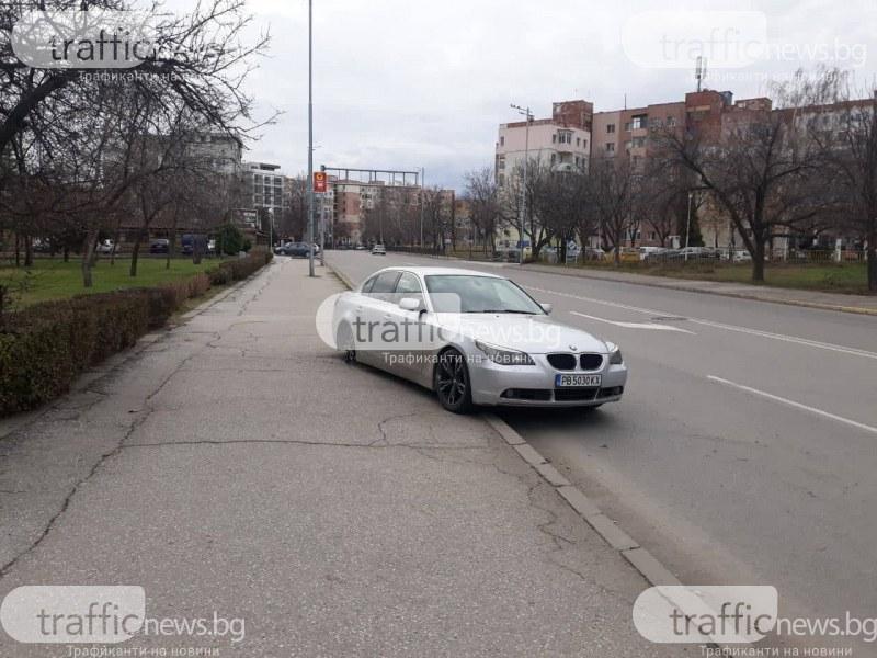 Дрифтаджия с BMW се заби в бордюр и заряза колата на булевард в Пловдив