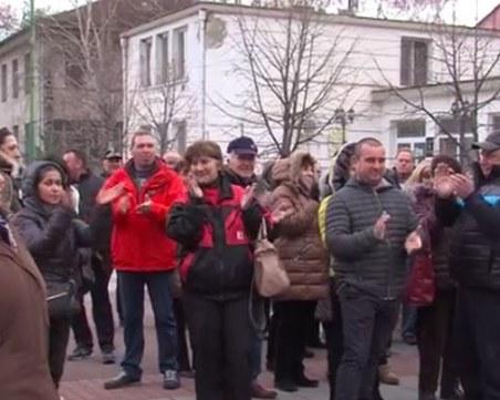 Стрелчани излязоха на протест, искат си кмета