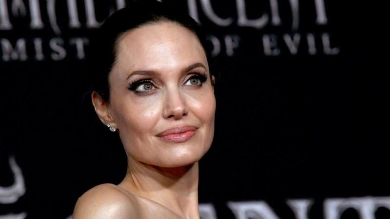 Анджелина Джоли вече официално е пилот