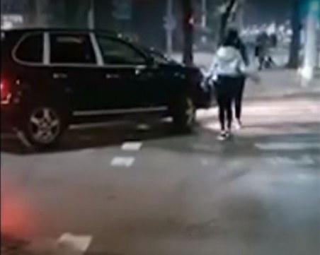 Шамари: Жена нападна мъж след засичане на натоварено кръстовище