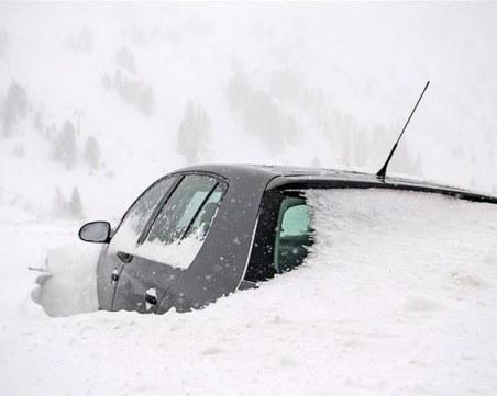 Силни снежни бури в Румъния, коли заседнаха в преспите