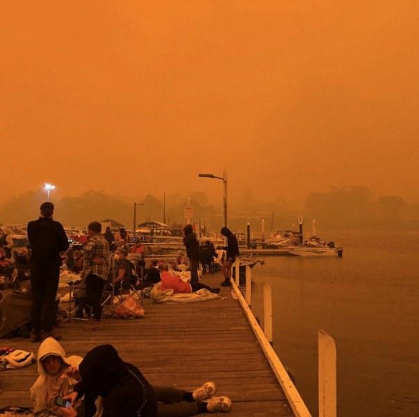 Небето в Австралия е червено! Хиляди са в морето и на плажа, за да се спасят от огъня