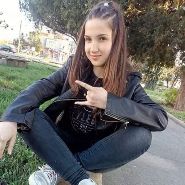 Продължават да издирват 17-годишната Михаела, търсят и нейната приятелка