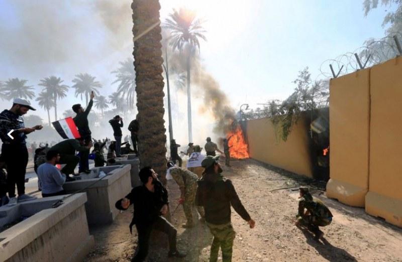 Протестиращи щурмуваха US посолството в Багдад