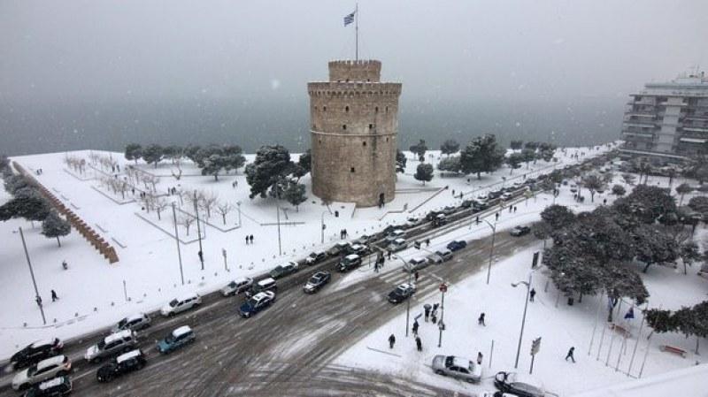 Вятър, сняг и лед сковават Гърция