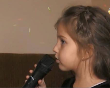 5-годишно момиченце пее на 5 езика