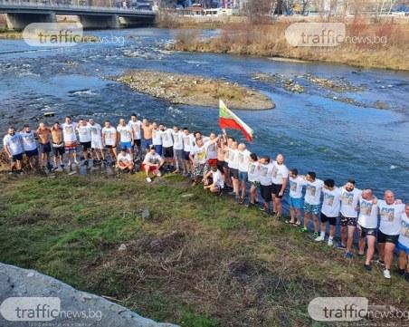 54 пловдивчани се хвърлят за кръста в река Марица НА ЖИВО