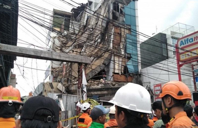 Пететажна сграда се срути в Джакарта, има ранени