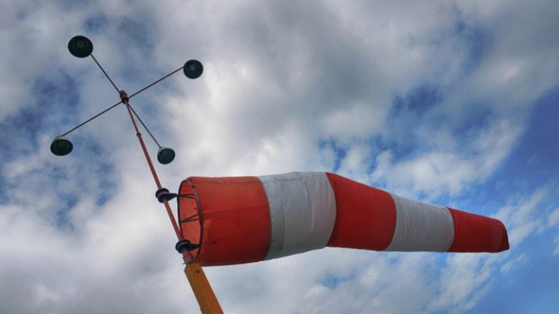 Вятърът в Сливен над 122 км/ч, изпотроши стъкла и събори дървета