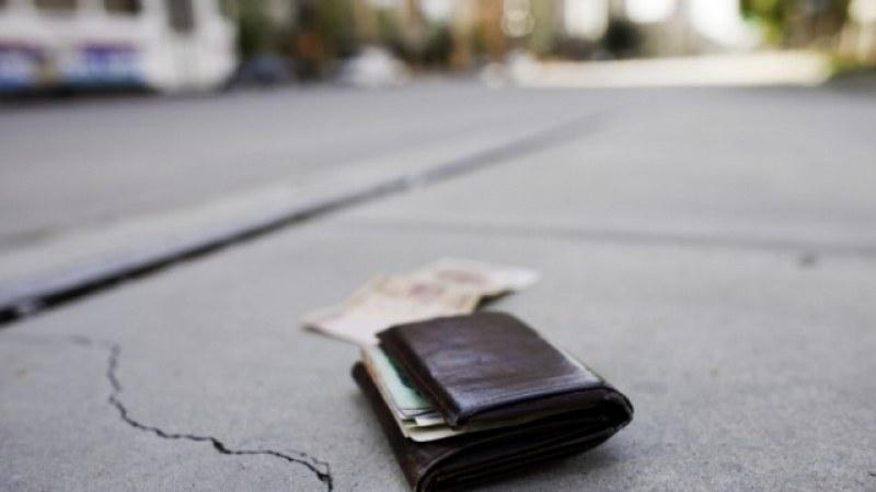 Ученик намери портмоне с крупна сума на пътя и го върна, наградиха го