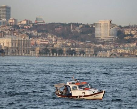 Трима са в неизвестност след сблъсък между лодка и танкер