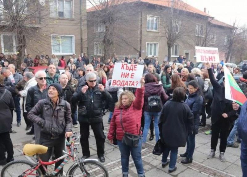 Перничани на протест! Блокират движението