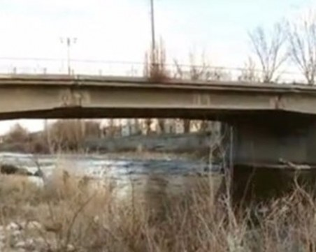 Откриха мъртъв 20-годишен мъж, паднал с колата си от мост в Ловеч