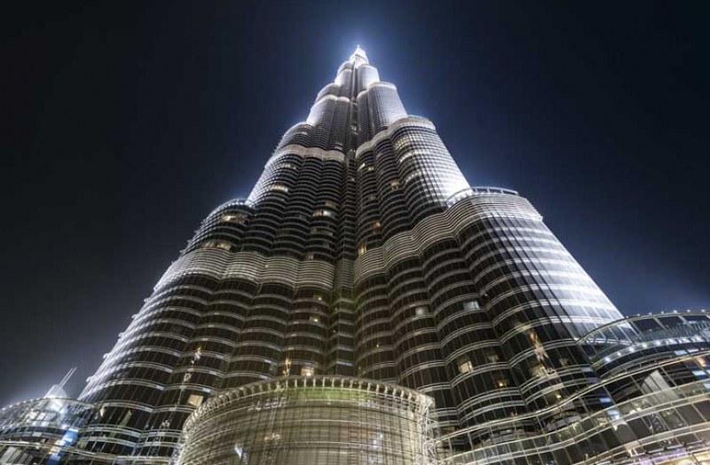 Порои в Дубай, мълния удари най-високата сграда в света