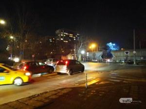 Хаос! Затвориха прелез в Пловдив, влак блокира цял Смирненски
