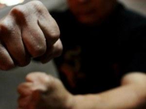Тийнейджър системно тормози родителите си, преби ги жестоко