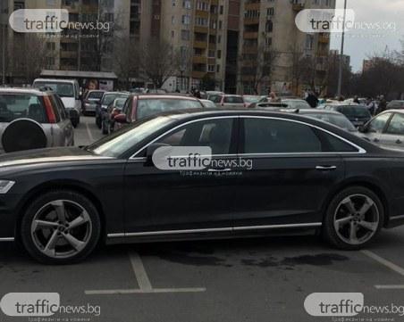 Нагло паркиране! Кола зае три паркоместа пред хипермаркет в Пловдив