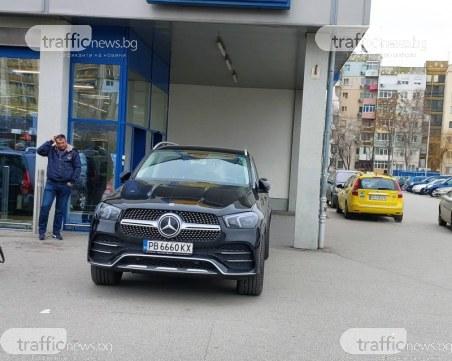 Пловдивчанка едва не влезе с джипа си в хипермаркет