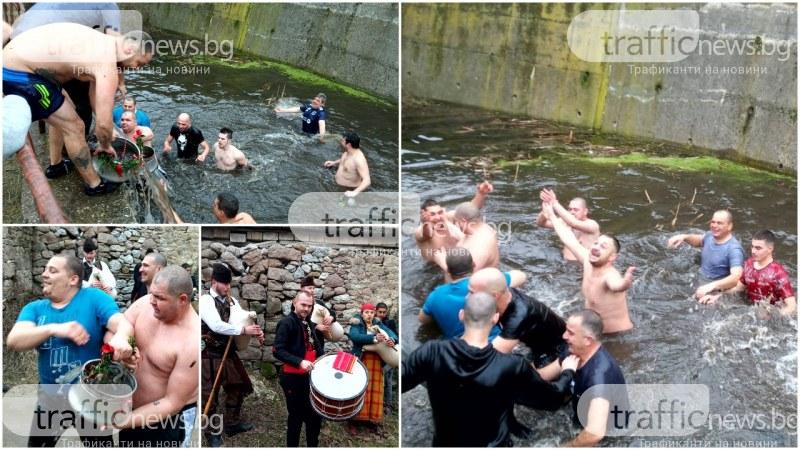 Седем младоженци и техните кумове скочиха във водата на Къпанките в Перущица