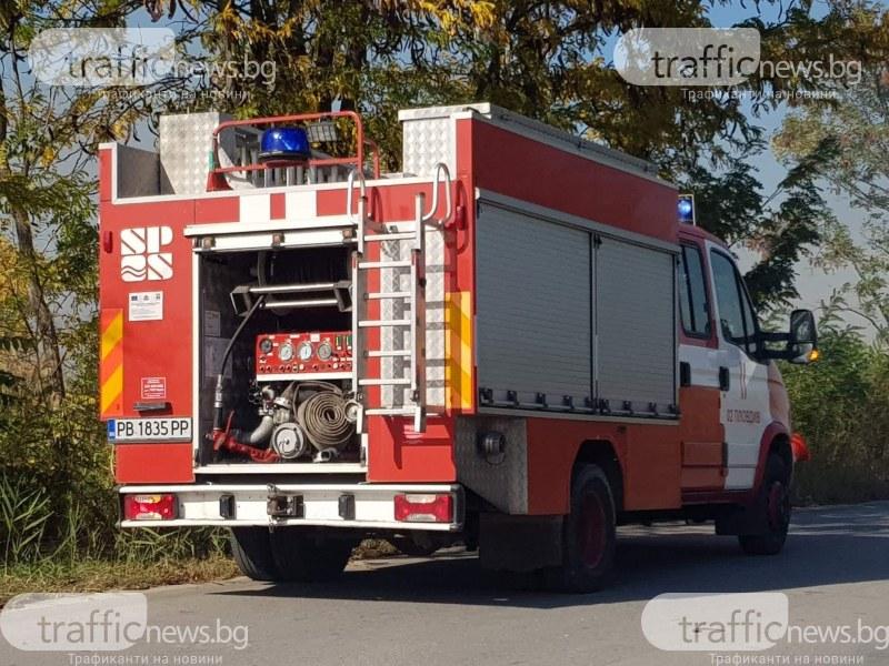 Пожар блокира пътя Пловдив-Пазарджик! Запалил се бус с шестима души