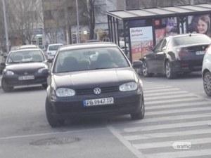 Нагло паркиране! Шофьор препречи пешеходна пътека в Пловдив