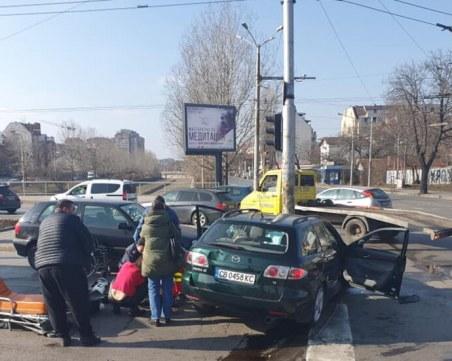 Кола се вряза в стълб в София, има загинал