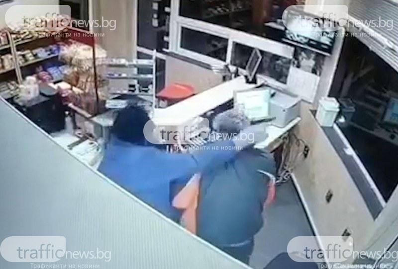 Бандит с противогаз и пистолет стреля в бензиностанция край Пловдив! ВИДЕО от нападението