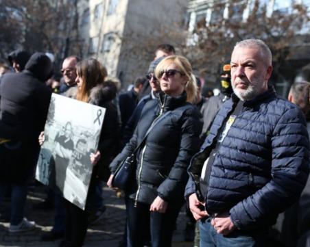 Стотици фенове на Ботев окупираха гръцкото посолство в София