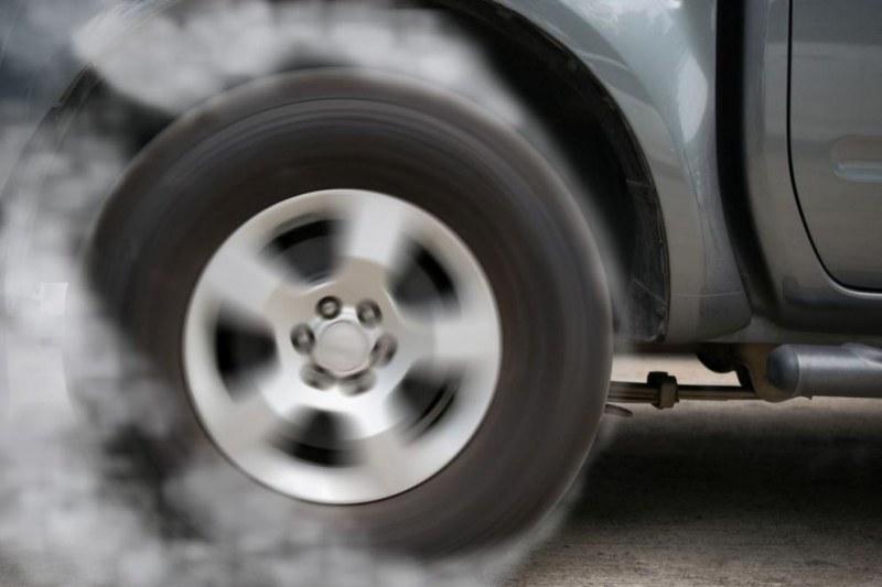 Дрифтър върти гуми на голям пловдивски булевард, арестуваха го