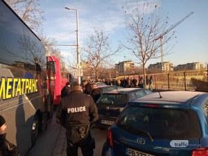 Три автобуса с фенове на Ботев тръгват към София, ескортира ги и полиция
