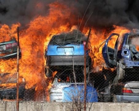 Пожарът в Хасково, изпепелил над 100 коли, избухнал заради човешка грешка?