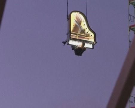 Зрелищно: Виртуоз свири вертикално на пиано на 60 метра височина