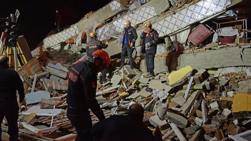 Извадиха десетки живи хора изпод руините след труса в Източна Турция